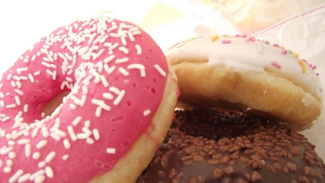 Un seul donut, ces beignets sucrés américains, contient plus de 450 calories en moyenne.