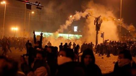 Les autorités égyptiennes préviennent qu'elles ne tolèreront pas de nouvelles manifestations et que les participants seront interpellés. La police a fait usage de gaz lacrymogènes et de canons à eaux à l'aube pour disperser les maifestants qui occupaient