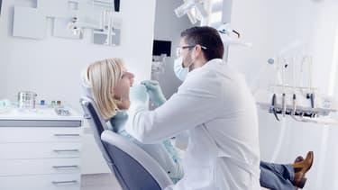 Une visite chez le dentiste, même de routine, permet de limiter la présence de mauvaises bactéries.