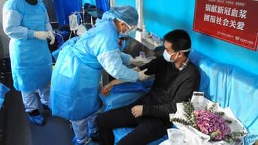 Un homme ayant guéri du Covid 19 donnant son plasma, le 16 février 2020 à Lianyungang, dans l'est de la Chine