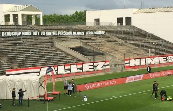 La banderole des supporters nîmois avant l'OL.