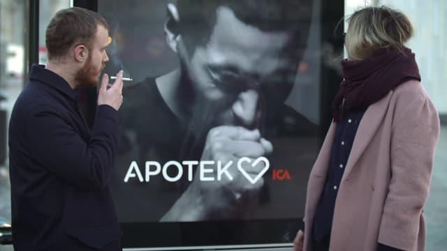 Le panneau installé par un laboratoire tousse quand il détecte de la fumée de cigarette.