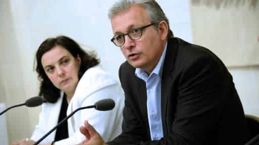 Pierre Laurent, le secrétaire national du Parti Communiste et Emmanuelle Cosse, la secrétaire nationale d'Europe Écologie Les Verts, lors d'une conférence organisée par les deux partis, le 10 juillet 2014 à Paris