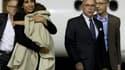 Mériem Rhaiem, avec sa flle de 2 ans dans les bras et le ministre de l'Interieur Bernard Cazeneuve, à leur arrivée en France.