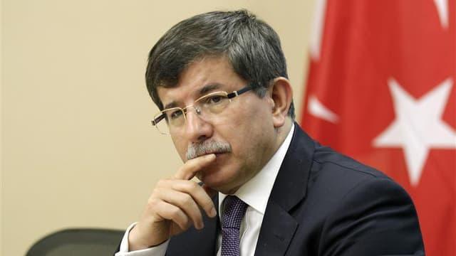 Le chef de la diplomatie turque Ahmet Davutoglu. Ankara a annulé jeudi toutes les sanctions prises en décembre 2011 à l'encontre de la France à la suite du vote par l'Assemblée nationale d'une loi pénalisant la négation du génocide arménien. /Photo prise