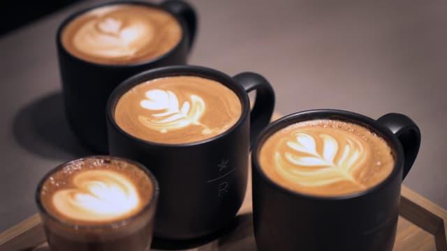 Tasses de café dans une enseigne Starbucks