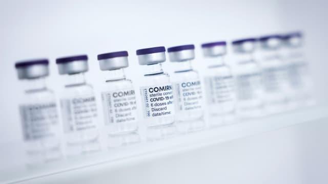 Des flacons du vaccin de Pfizer contre le coronavirus, le 30 avril 2021 dans une usine de production à Reinbek (Allemagne)