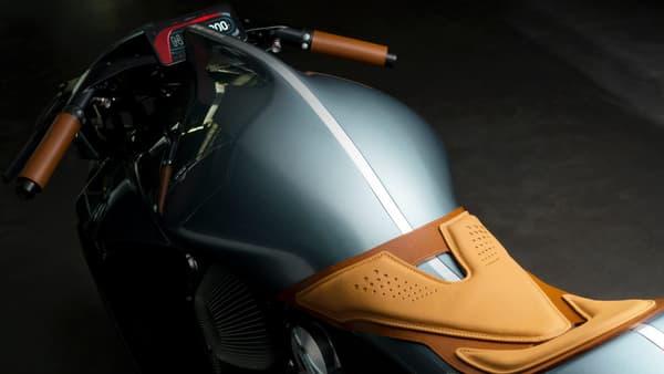 Cette moto ne pèse que 180 kilos, grâce à du titane, de l'aluminium, ou encore de la fibre de carbone.
