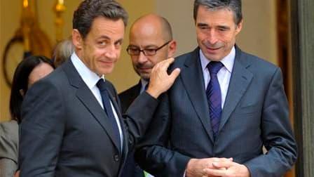 Le secrétaire général de l'Alliance atlantique Anders Fogh Rasmussen et Nicolas Sarkozy, à la sortie de l'Elysée, à Paris. La France se dit prête à contribuer financièrement et matériellement au projet américain de bouclier anti-missile en Europe mais con
