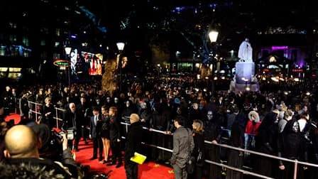 """Des milliers de personnes ont bravé le vent et la pluie qui balayaient le centre de Londres jeudi soir pour apercevoir leurs vedettes à l'occasion de la première mondiale de l'avant-dernier film de la série """"Harry Potter"""". /Photo prise le 11 novembre 2010"""