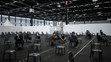 Des personnes attendent le 8 avril 2021 après avoir été vaccinées contre le Covid-19 dans le plus grand vaccinodrome d'Aquitaine, à Bordeaux.