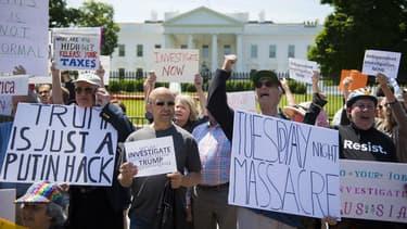 Une manifestation devant la Maison Blanche le 10 mai 2017. Les protestataires demandent une enquête indépendante sur les soupçons de collusion entre l'équipe Trump et la Russie durant la campagne après le limogeage de James Comey
