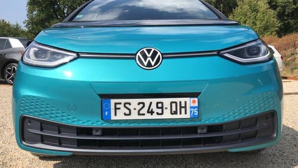 A la place d'une bande chromée dans la calandre, Volkswagen a installé une bande lumineuse. Les designers ont aussi voulu des phares ronds, pour rendre plus humaine la face avant de l'ID.3.