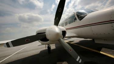 Le pilote d'un petit avion de tourisme est mort dimanche lorsque son appareil s'est écrasé dans un champ près d'Ottawa après être entré en collision en vol avec un autre avion