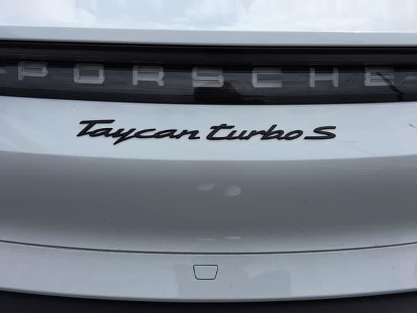Pour atteindre de telles performances, la Taycan Turbo S affiche aussi un moteur équivalent à 625 chevaux avec une batterie de 93,4 kWh. Autant dire un monstre.