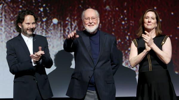 """Le légendaire compositeur John Williams entouré des producteurs Ram Bergman et Kathleen Kennedy, le 9 décembre 2017 à Los Angeles, pour la première mondiale de """"Star Wars - Les Derniers Jedi"""""""