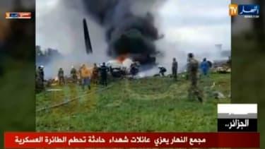 Capture d'écran d'images diffusées par la chaîne de télévision algérienne Ennahar, montrant l'avion militaire qui s'est écrasé le 11 avril 2018 peu après son décollage de la base aérienne de Boufarik, à une trentaine de km au sud d'Alger -