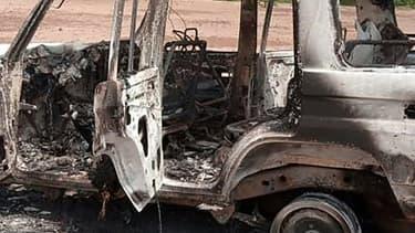 La voiture calcinée où se trouvaient les six Français et les deux Nigériens tués par des hommes armés dans la zone de Kouré, dans le sud-ouest du Niger, le 9 août 2020
