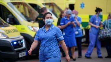Du personnel soignant du NHS, le système de santé publique britannique, fin mai.