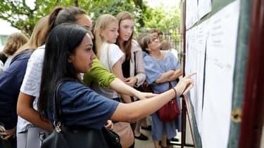 Des élèves de terminale découvrent les résultats du baccalauréat devant un lycée parisien, le 5 juillet 2017