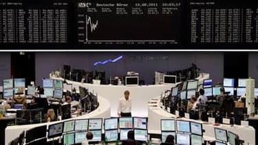 A la Bourse de Francfort. Les Bourses européennes réduisent leurs gains lundi après les déclarations d'un porte-parole du gouvernement allemand selon lesquelles les Eurobonds ne seront pas au menu de la réunion de mardi entre Nicolas Sarkozy et Angela Mer