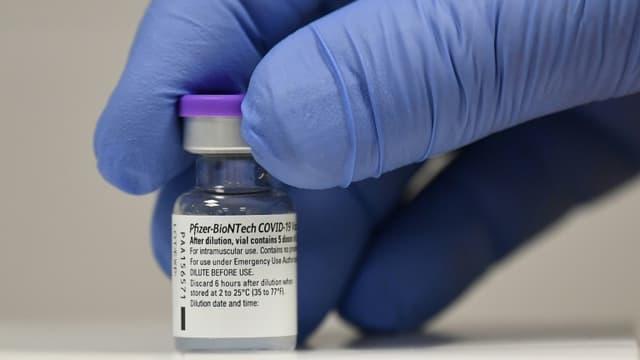 Une flacon du vaccin ARN messager de Pfizer/BioNTech