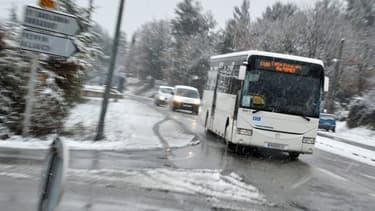 Un car scolaire sous la neige (Photo d'illustration).