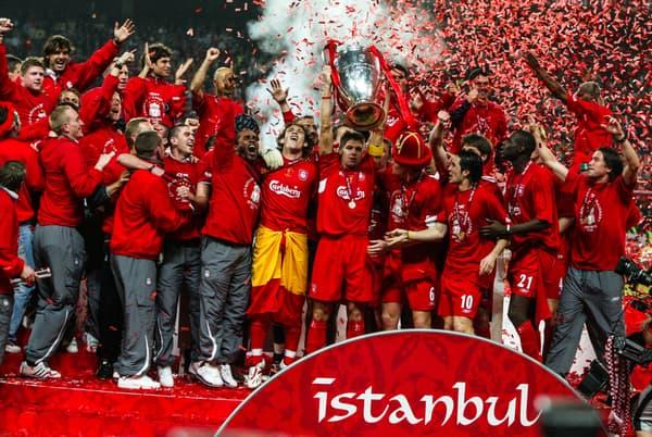 Steven Gerrard (trophée en mai) et les Reds vainqueurs de la Ligue des champions en mai 2005