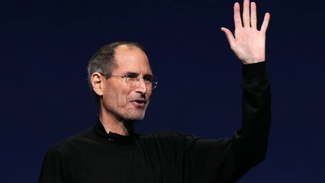 Steve Jobs arborait en 2011, lors de l'un de ses dernières apparitions publiques sa tenue devenue légendaire, un jean et un pull coll roulé noir.