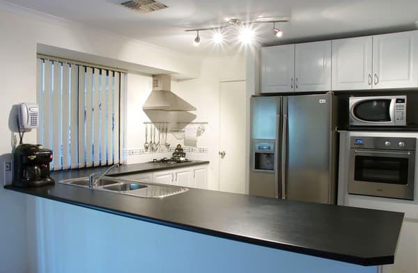 La cuisine rassemble un équipement électroménager qui pèse sur la facture énergétique du foyer