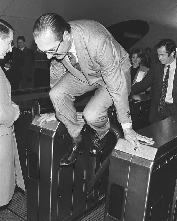 Jacques Chirac dans le métro en décembre 1980.
