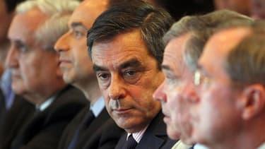 François Fillon, entouré de Jean Pierre Raffarin, Jean-François Copé, Bernard Accoyer et Claude Guéant lors d'une réunion politique à Paris. A Paris, les élections législatives des 10 et 17 juin auront valeur de test pour l'UMP et ses ambitions municipale