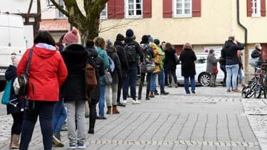 Des personnes font la queue pour un test Covid à Tübingen, le 20 mars 2021 en Allemagne