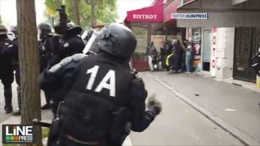 Un policier a été filmé en train de lancer un pavé sur la foule.