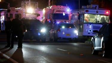 Des secours bloquent l'accès à Marjory Stoneman Douglas High School à Parkland, à 80 kilomètres de Miami, en Floride, où a eu lieu une fusillade le 14 février 2018