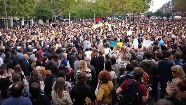 La place de la République, pleine de manifestants en soutien aux réfugiés