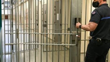 Un gardien de prison ferme une porte d'un couloir de la prison de la Santé à Paris, le 6 novembre 2020