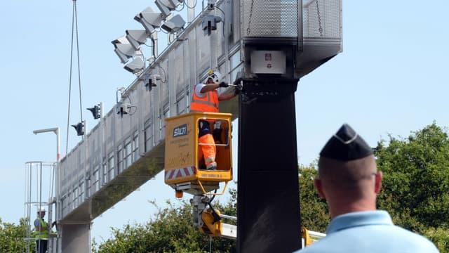 Un portail écotaxe en train d'être démonté à Prinquiau