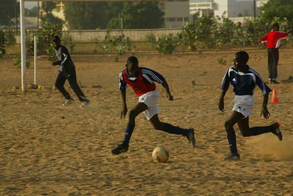 Idrissa Gueye (à droite) sur les terrains en sable de l'institut Diambars à l'époque où il y évoluait