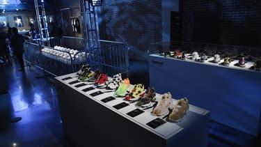 Des baskets exposées dans un magasin (photo d'illustration)