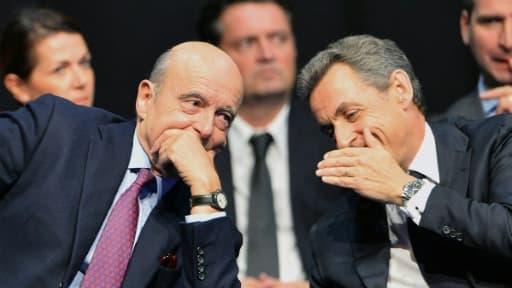 Le patron du parti Les Républicains Nicolas Sarkozy (d) et le maire de Bordeaux Alain Juppé, le 14 octobre 2015 à Limoges