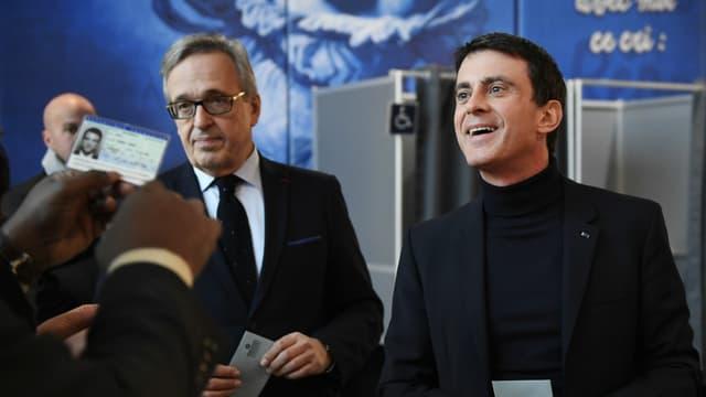 Francis Chouat et Manuel Valls votant pour le second tour de la primaire à gauche le 29 janvier 2017.