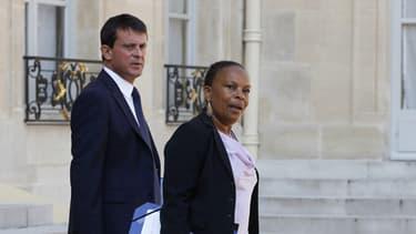 Le ministre de l'Intérieur Manuel Valls, accompagnée de la Garde des Sceaux Christiane Taubira au sortir d'une réunion à l'Elysée le 30 août.