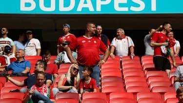 Des supporters hongrois prennent place dans une tribune de la Puskas Arena à quelques heures du coup d'envoi du match Hongrie-Portugal, le 15 juin 2021