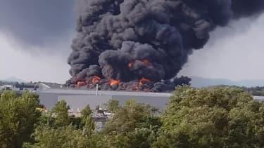 Incendie dans la société AlloPneus à Valence - Témoins BFMTV