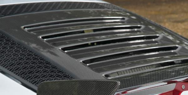 Lotus a prélevé quelques élements de la Lotus Cup pour améliorer l'aérodynamique déjà flamboyante de l'Exige.
