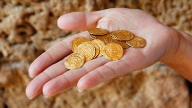 Des archéologues israéliens ont découvert à Arsouf, à une quinzaine de kilomètres au nord de Tel Aviv, un pot de céramique contenant 108 pièces d'or datant des croisades. /Photo prise le 9 juillet 2012/REUTERS/Baz Ratner