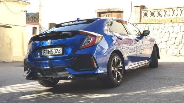Depuis 2 générations, Honda mise sur un look futuriste... parfois un peu trop poussé. Ici, le becquet arrière vient masquer la vue, alors que la berline bénéficie d'un atout: une large baie vitrée.