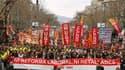 Manifestation dans le centre de Barcelone. Des centaines de milliers de personnes ont manifesté dimanche dans toute l'Espagne pour dénoncer les réformes du droit du travail et les coupes dans les dépenses publiques. /Photo prise le 19 février 2012/REUTERS
