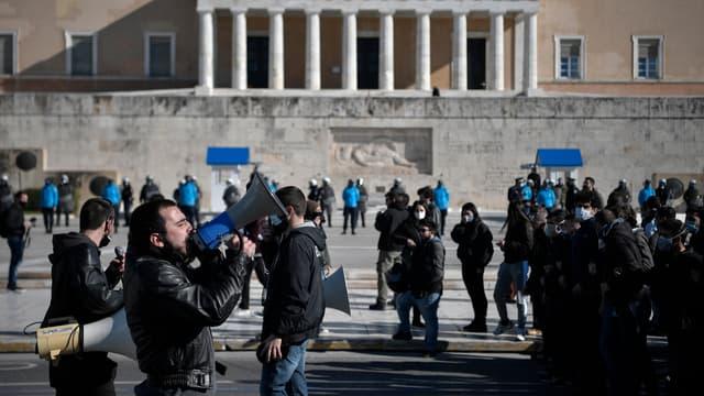 Des étudiants manifestent devant le Parlement grec à Athènes le 28 janvier 2021, contre un plan controversé visant à créer une force de police spéciale pour lutter contre la violence endémique dans les universités.